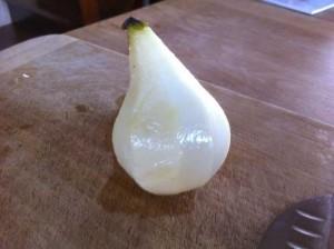 Épluchez les poires en conservant la queue.