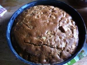 Le gâteau est cuit lorsqu'il arbore une jolie couleur légèrement dorée et que la pointe du couteau plongé dedans ressort sèche.