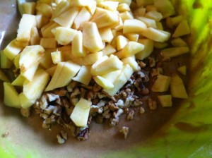 Incorporez les cubes de pomme et les noix à votre pâte et mélangez.